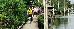 Fiets buiten de gebaande paden in Bangkok